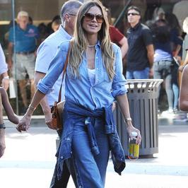 Heidi Klum cała w dżinsie na spacerze z dziećmi. Stylowo!
