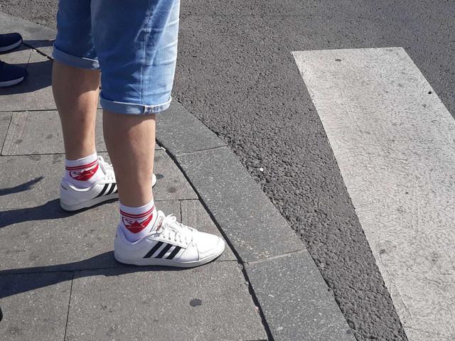 Navijač Zvezde je čarapama jasno stavljao do znanja ljudima za koga navija