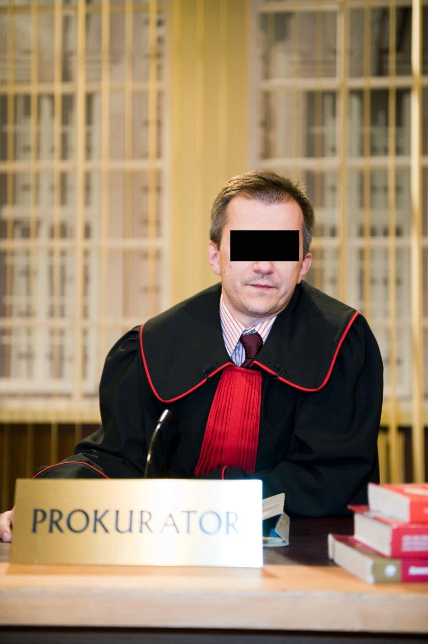 """Grał prokuratora w serialu """"Sędzia Anna Maria Wesołowska"""". A teraz będzie siedzieć?!"""