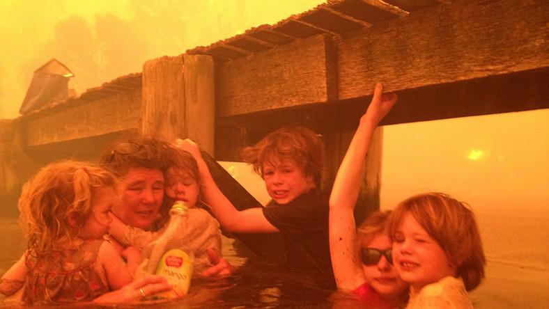 Dzieci były przerażone. Dom, w którym przebywały z babcią i dziadkiem spłonął. Ale gdy okazało się, że wszyscy są już bezpieczni, dziadek udokumentował to wydarzenie na zdjęciach. Fotografie trafiły do agencji informacyjnych na całym świecie