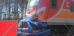 Koszmar. 70-latka wjechała autem pod pociąg