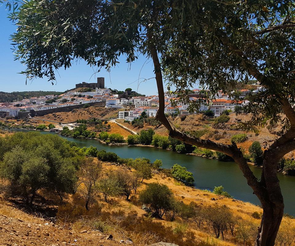 Mertola - miasteczko ulokowane na wzniesieniu nad rzeką Gwadianą, na wschodzie regionu blisko granicy z Hiszpanią.