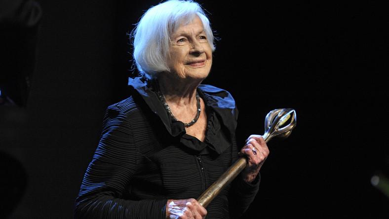 """Danuta Szaflarska znana jest z optymizmu i poczucia humoru (ale też z niechęci do wywiadów i publicznych wypowiedzi). W dorobku artystycznym ma blisko 80 kreacji filmowych i około 100 teatralnych. Na scenie spędziła 77 lat, ale to kino przyniosło jej popularność. Debiutowała zaraz po wojnie, jako 31-latka w pierwszym polskim powojennym filmie –""""Zakazanych piosenkach"""" Leonarda Buczkowskiego, gdzie stworzyła pamiętną kreację Haliny Tokarskiej. Stała sięgwiazdąi trafiła na okładkę pierwszego numeru dwutygodnika """"Film"""", który ukazał się1 sierpnia 1946 roku. Sukcesem okazał się również występ w innym obrazie Buczkowskiego – komedii """"Skarb"""", w której stworzyła niezapomniany duet aktorski z Jerzym Duszyńskim (prywatnie mężem Hanki Bielickiej). Tak zyskała przydomek """"pierwszej amantki powojennej kinematografii"""", ale specjalnością Szaflarskiej stały się role drugoplanowe w ważnych dla polskiej kinematografii obrazach (""""Diabły, diabły"""", """"Pożegnanie z Marią"""")."""