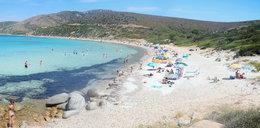 Turyści rozkradają plaże. Ich łupem pada ... piasek
