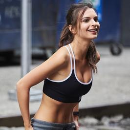 Emily Ratajkowski chwali się wysportowanym ciałem. Modelka ma idealną figurę