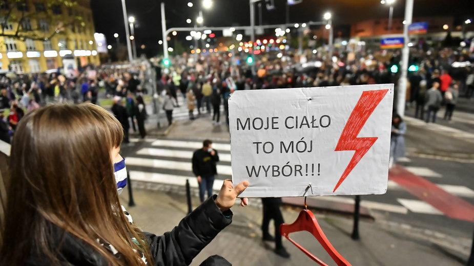 Wrocław. Uczestnicy protestu przeciwko wyrokowi TK, zaostrzającemu prawo aborcyjne, blokują ulice Wrocławia