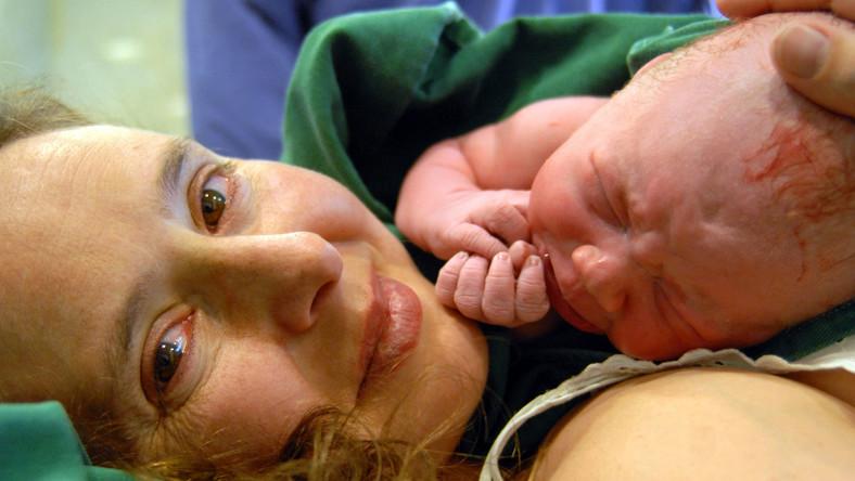 Najpóźniej w godzinę od porodu należy przystawić dziecko do piersi