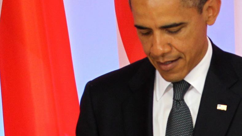 Prezydent USA Barack Obama podczas wpisywania się do księgi pamiątkowej w Kancelarii Premiera. Obama miał kłopoty z piórem, fot. PAP/Radek Pietruszka