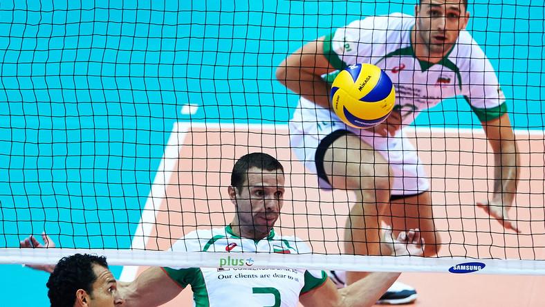 Bułgarzy Andrey Zhekov (C) i Tsvetan Sokolov (P) oraz Meksykanin Jorge Quinones (L) podczas meczu grupy C mistrzostw świata siatkarzy w Gdańsku
