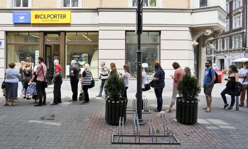 Kolejka po kartę ŚKUP w Katowicach