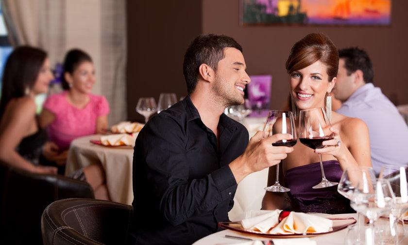 Kobiety coraz chętniej płacą za siebie na randce
