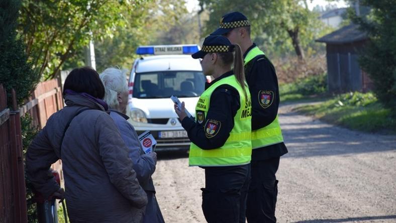 Strażnicy informują mieszkańców, czym nie można palić w piecach