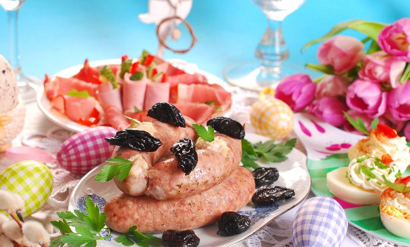 Białe kiełbasy ledwie z dodatkiem mięsa, szynka z wodą i mazurki oblepione chemicznym lukrem? I to mają być tradycyjne polskie święta?