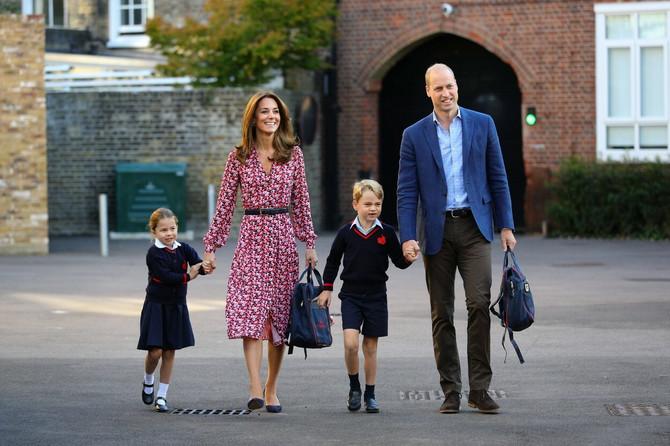 Šarlot sa roditeljima i bratom Džordžom