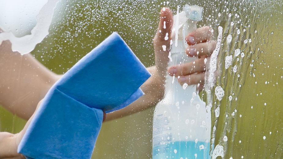 Mycie okien ułatwiają domowe preparaty z dodatkiem octu - rodimovpavel/stock.adobe.com