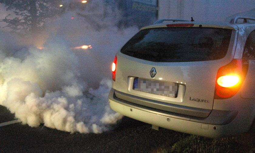 dymiący samochód