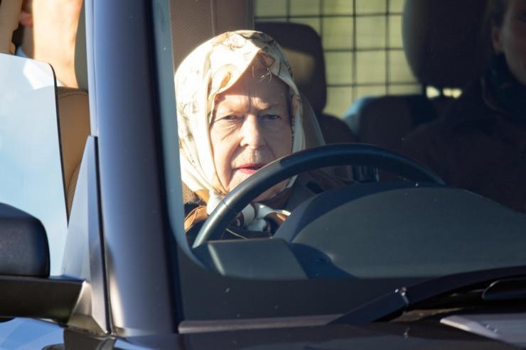 Kraljica tokom vožnje u Sandringemu za vikend
