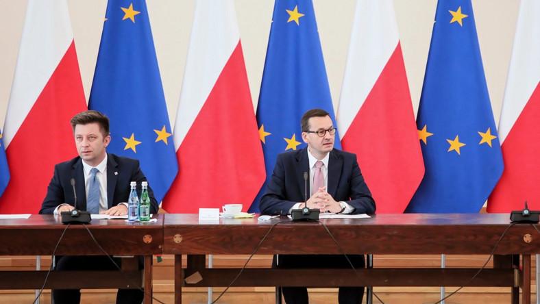 Premier Mateusz Morawiecki (P) i szef Kancelarii Prezesa Rady Ministrów Michał Dworczyk (L) podczas spotkania z przedstawicielami klubów parlamentarnych w KPRM