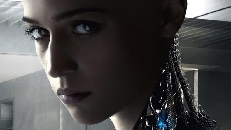 """Spotkanie informatycznego geniusza (Oscar Isaac) z błyskotliwym podwładnym (Domhnall Gleeson) okazuje się pretekstem do przetestowania nowego modelu sztucznej inteligencji o imieniu Ava (Alicia Vikander). Opowieść prosta, ale zaskakująco mądra i angażująca emocjonalnie. A jednocześnie inteligentna refleksja nad tym, co rzeczywiście czyni nas ludźmi. Niedawno podobny temat poruszał film Neilla Blomkampa """"Chappie"""", ale jeśli wydał się wam zbyt infantylny, tym bardziej musicie obejrzeć """"Ex Machina"""". Oto, co o debiucie Alexa Garlanda piszą krytycy filmowi. Dawno nie byli tak zgodni..."""