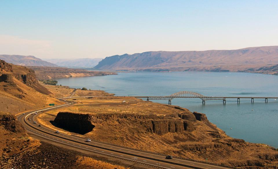 Historyczna autostrada Columbia River, zbudowana przez Oregon Columbia River Gorge w latach 1913 i 1922 jest pierwszą w Ameryce trasą, która została zaplanowana ze względu na krajobrazy. Autostrada zabiera zwiedzających w podróż przez wodospady i klify i jest znana z pięknych dzikich kwiatów, które kwitną tu na wiosnę.