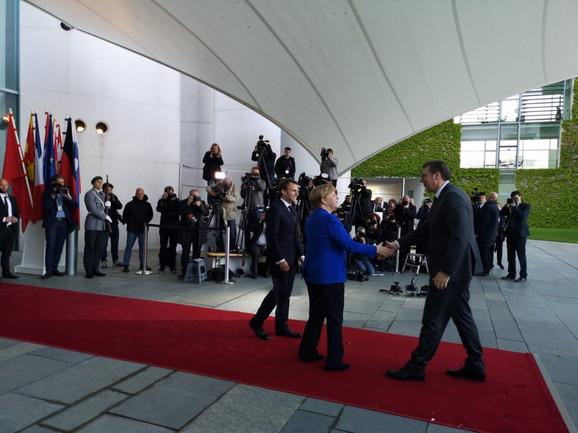 Pred sastanak: Makron i Merkelova dočekuju Vučića