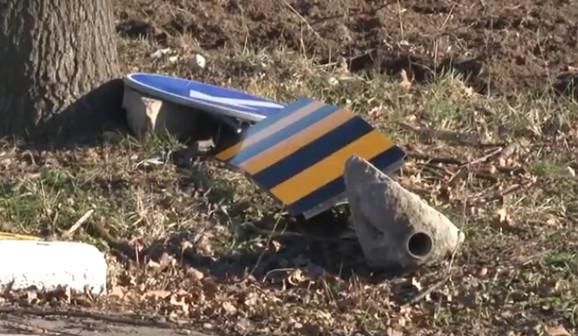 Uništeni saobraćajni znaci širom Obrenovca