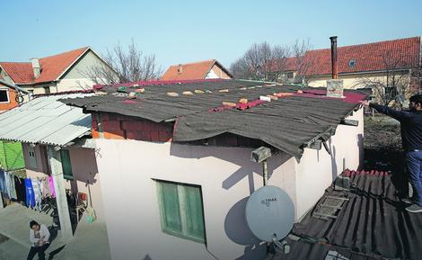 Krov su prekrili limom, koji nije velika zaštita: Kuća porodice Redžepi u Borči
