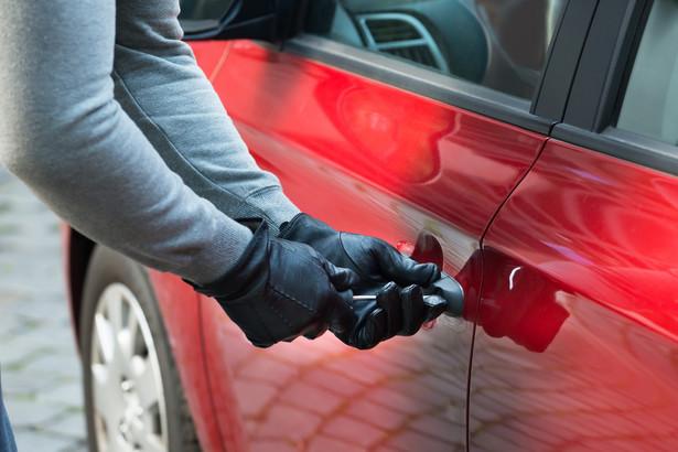 Po kradzieży samochodu powinieneś go wyrejestrować po to, żeby np. Twoja polisa OC się nie odnowiła.