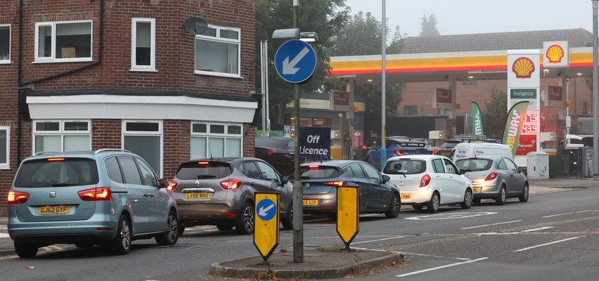 Kryzys w Anglii. Kolejki do stacji paliw, a w marketach pustki