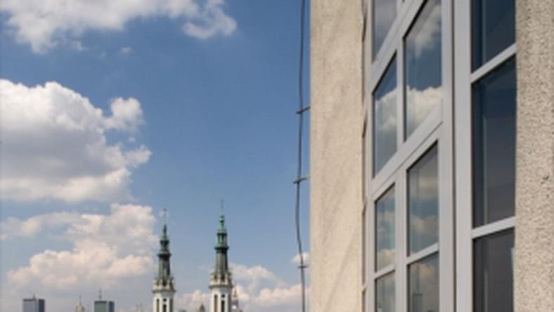 Z tego poziomu jest też wyjście na panoramiczny taras z widokiem na wschód, południe i zachód Warszawy.