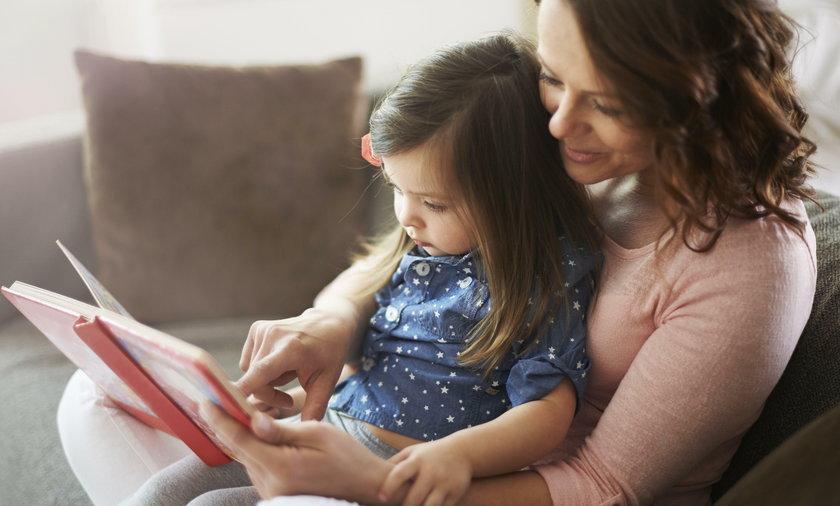 Mama czyta z córką książkę