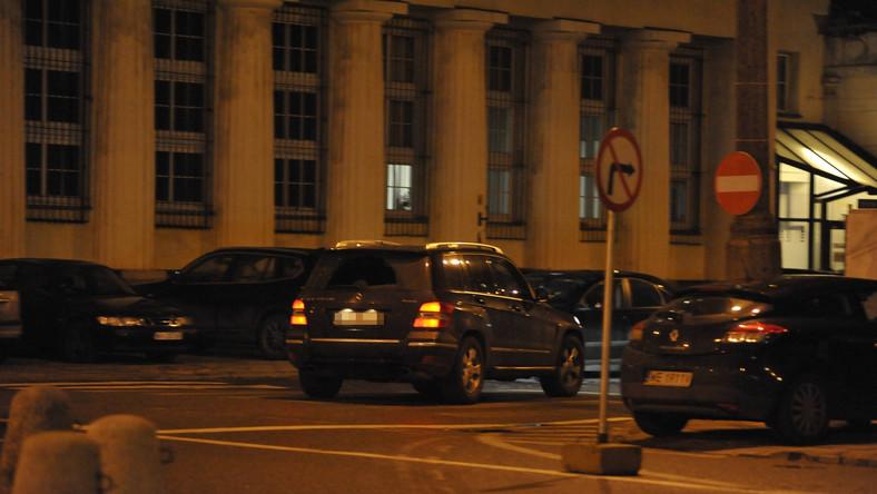 Fotoreporterzy zaczaili się na Adama Hofmana dwukrotnie. Rzecznik Prawa i Sprawiedliwości za pierwszym razem został sfotografowany jak za kierownicą swojego mercedesa GLK wjechał w Warszawie pod prąd w ulicę jednokierunkową. Było o włos od nieszczęścia…