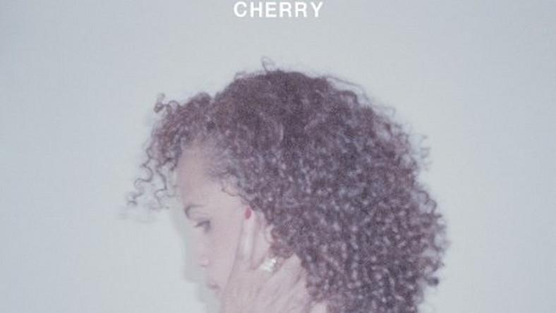"""–Mam alergię na rzeczy oczywiste – tak odpowiedziała artystka dziennikarce serwisu Pitchfork, poproszona o podsumowanie kariery. To zdanie chyba najlepiej wyjaśnia, dlaczego Cherry – po nagraniu zaledwie trzech płyt, u szczytu popularności – w połowie lat 90. nagle zrezygnowała z dalszych sukcesów. Wynika ono z doświadczeń, jakie wyniosła z dzieciństwa spędzonego w hipisowskiej komunie w Szwecji u boku swego ojczyma, legendarnego jazzmana Dona Cherry'ego, z którym podróżowała między Europą i Ameryką. Można je również potraktować jako motto jej twórczości – ciągłych poszukiwań muzycznych, które doprowadziły ją od grania post punku w damskich zespołach, wspierania rozwoju sceny triphopowej, promowania hip-hopu w Anglii i przenoszenia world music do mainstreamu, aż do ubiegłorocznej współpracy ze skandynawskim freejazzowym triem The Thing. A wreszcie do nagrania – przy udziale Kierana Hebdena, brytyjskiego muzyka elektronicznego ukrywającego się pod pseudonimem Four Tet – nowego albumu """"Blank Project"""""""