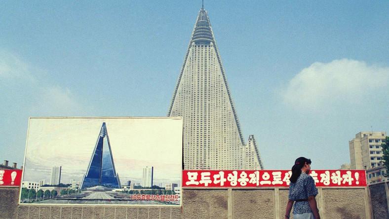 Hotel Ryugyong w stolicy Korei Północnej - Phenianie - wciąż jest niedokończony. Budowa została wstrzymana z powodu zapaści gospodarczej w komunistycznej dyktaturze w 1992 roku i dopiero w 2008 roku roboty ruszyły znowu