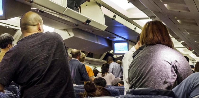 Niesforni bliźniacy na pokładzie samolotu. Urządzili niezłą burdę