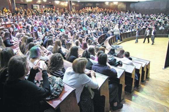 Ispunjene sve klupe: Tradicionalni početak za brucoše u sali heroja naFilološkom fakultetu