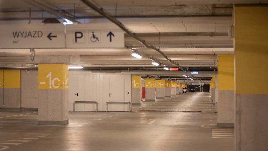 Pusty parking pod dworcem Łódź Fabryczna