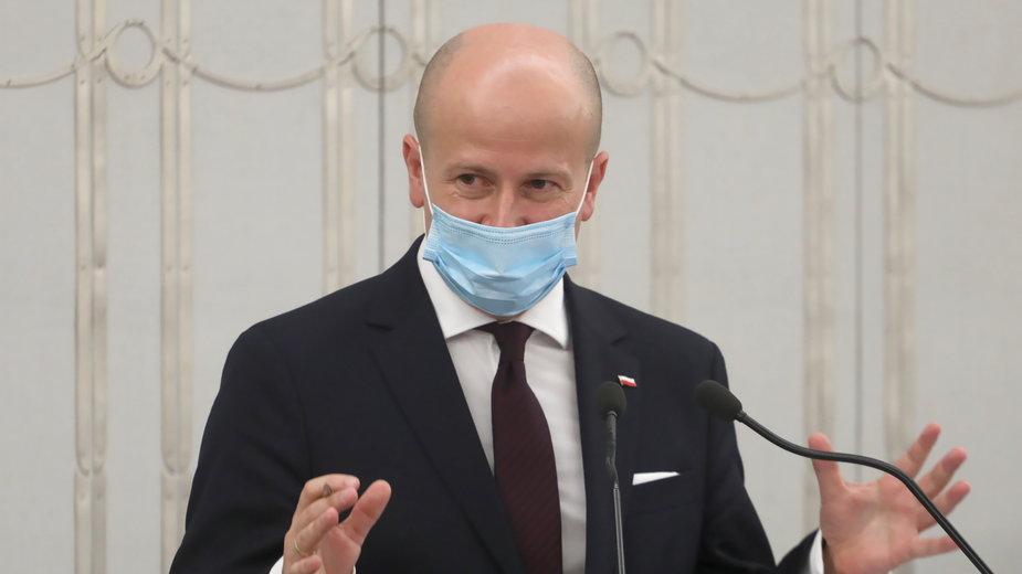 Poseł PiS Bartłomiej Wróblewski na sali obrad podczas drugiego dnia posiedzenia wyższej izby parlamentu w Warszawie