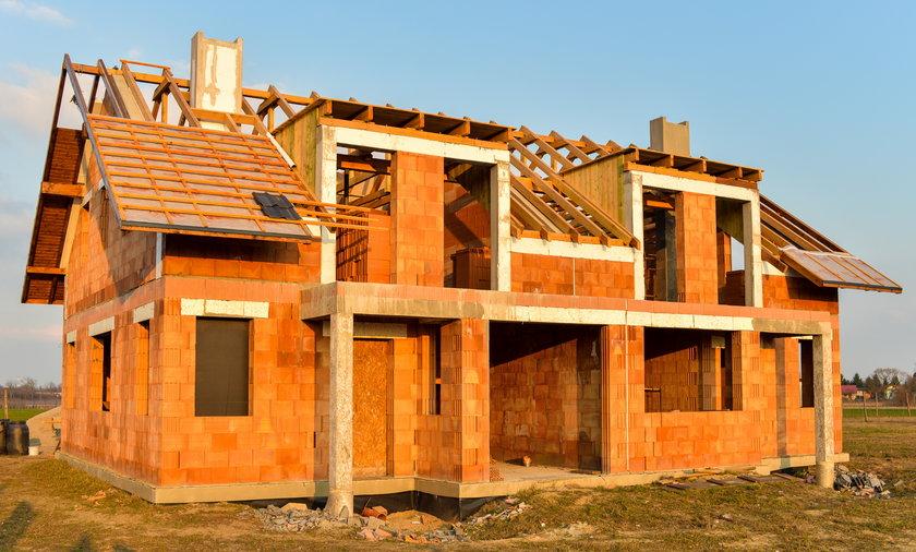 Coraz więcej polskich miejscowości boryka się z problemem wyludniania. Nie jest to jednak problem dla kogoś, kto chce w nich kupić mieszkanie czy postawić dom