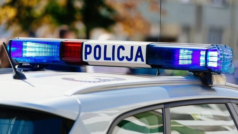 Policja patroluje drogi i sprawdza stan techniczny pojazdów, które przewożą turystów