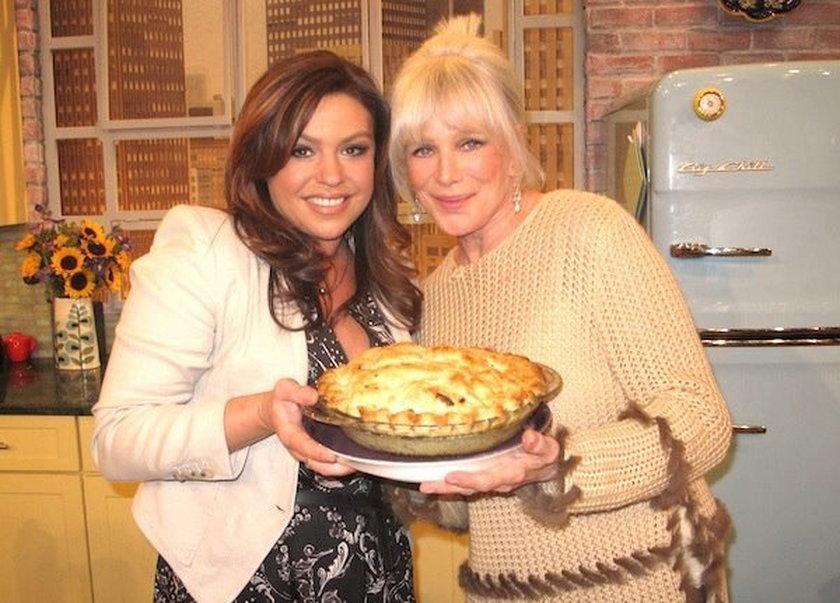 Linda Evans z ciastem