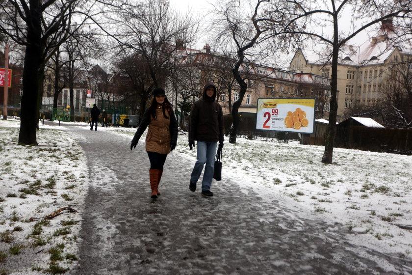 Śnieg na chodniku przy Glinianej we Wrocławiu