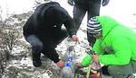 HUMANI GEST PROKUPČANA Hrane ptice u divljini i spasavaju ih od hladnoće