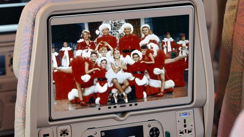 Linie lotnicze w okresie Bożego Narodzenia nie zapominają o świątecznych akcentach, m.in. filmach i potrawach