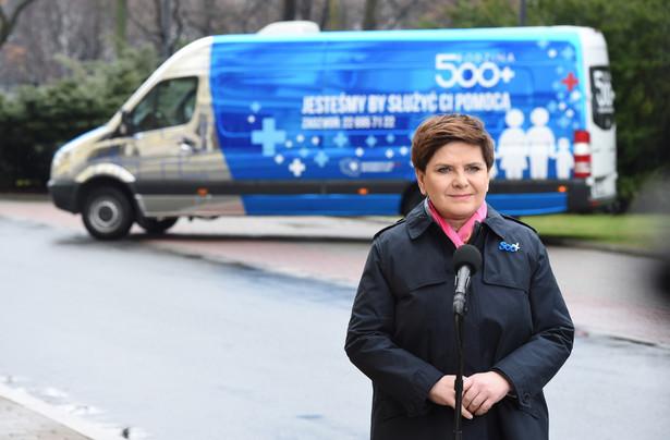 """Premier Beata Szydło przed KPRM podczas konferencji prasowej inaugurującej działanie programu """"Rodzina 500 plus"""""""