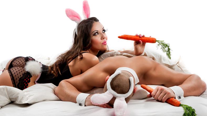 Nic bardziej mylnego. Zabawki erotyczne, według różnych badań - są częściej używane przez osoby w związkach. W dodatku udanych! Co ciekawe, im osoba bardziej wykształcona, tym większe prawdopodobieństwo, że sięgnie po zabawkę. – Ostatnią rzeczą, o której myśli osoba będąca w emocjonalnym i związkowym dołku jest seks. Na igraszki mamy ochotę wtedy, gdy czujemy się atrakcyjni i kochani. I wtedy też najczęściej szukamy nowych doznań, których źródłem mogą być między innymi erotyczne zabawki – zwraca uwagę Anna Moderska, edukatorka seksualna, ekspertka współpracująca z marką Fun Factory, producentem zabawek erotycznych.