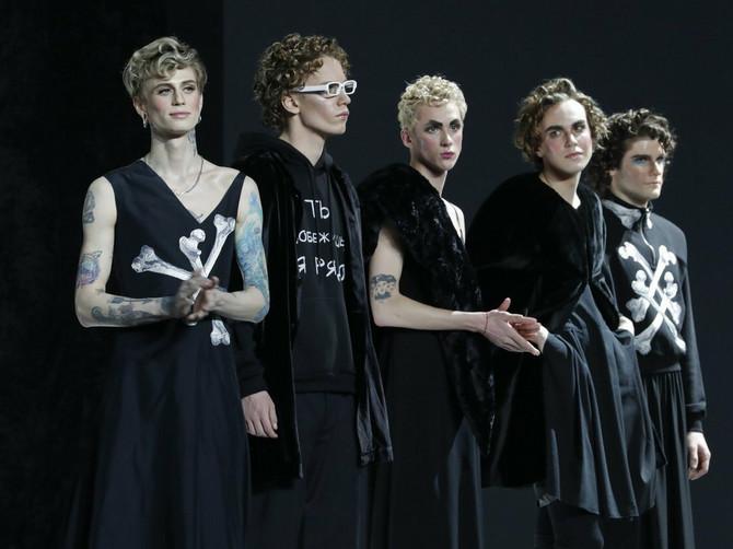 Modna revija zbog koje su Rusi ostali ZABEZEKNUTI: Našminkani muškarci u haljinama šetali pistom i Putinu se ovo ne bi dopalo