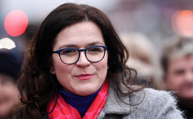Aleksandra Dulkiewicz, prawniczka i samorządowiec, wygrała w niedzielę w I turze przedterminowe wybory prezydenta Gdańska uzyskując 82,22 proc. poparcia. Frekwencja wyniosła 48,6 proc.