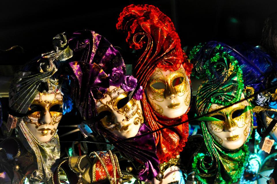 Słynne weneckie maski, na pamiątkę wielkiego weneckiego karnawału, na który z kolei warto specjalnie przyjechać w lutym