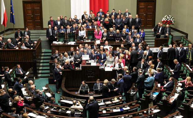 Opozycja uważa, że głosowania w Sali Kolumnowej były nielegalne